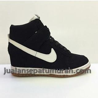 Sepatu Nike Skydunk High Wedges Women Sepatu Model Terbaru Dari Nike Di Buat Khusus Cewek Yang Mau Tampil Percaya Diri Tersedia Dengan Harga Super Murah Hanya Di Sini Jualansepatumurah.com Buruan Di Order Karena Stock Amat Sangat Terbatas