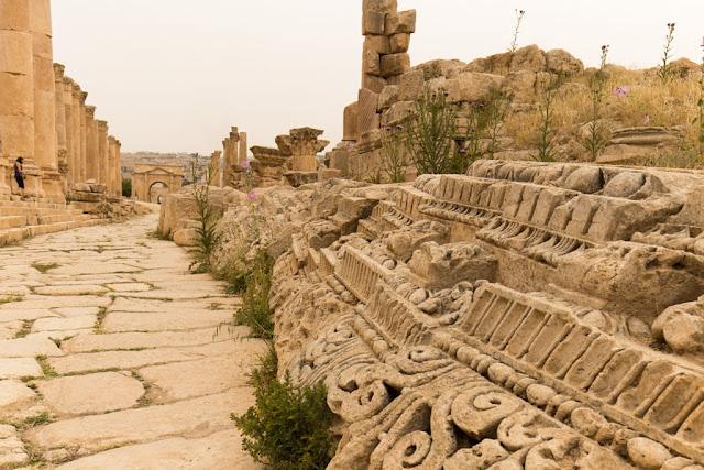 Detalle de frisos en ruinas de la antigua ciudad romana de Jerash
