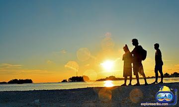 suasana saat senja di pulau harapan