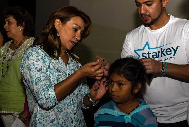Entrega la Presidenta del DIF Yucatán auxiliares auditivos