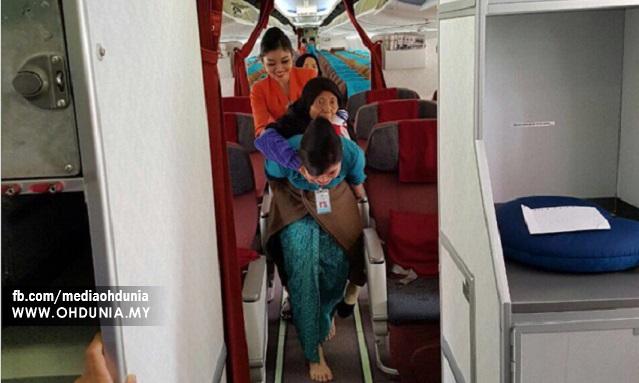 Foto Pramugari Pesawat Indonesia Dukung Nenek Tua Jadi Viral