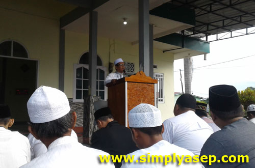 URAIAN : Ustad H Ahmad Farhan saat naik mimbar memberikan pencerahan dan hikmah Idul Fitrie kepada jamaah Masjid Babussalam  Foto Asep Haryono