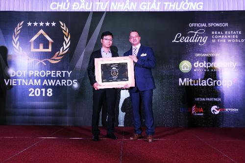 Đại diện chủ đầu tư Vietracimex nhận giải thưởng bất động sản