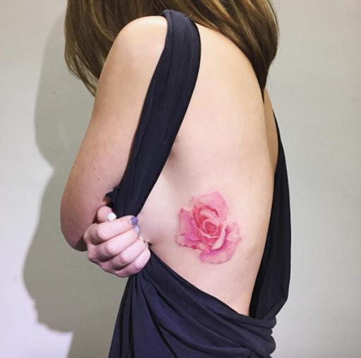 Esta caixa torácica rose tattoo