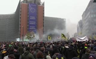 مظاهرات عارمة وسط بروكسيل لليمين المتطرف من أجل طرد المهاجرين من أوروبا، واشتباكات عنيفة مع الشرطة