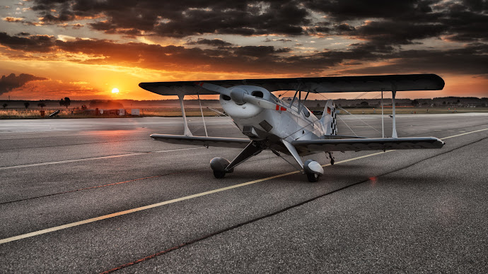 Wallpaper: Small Aircraft on Airport