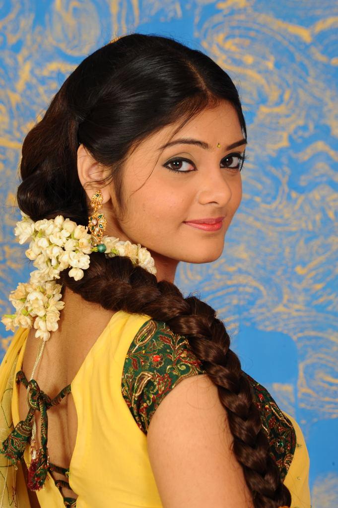 ACTRESS WALLPAPERS: Aishwarya Latest Half saree Stills
