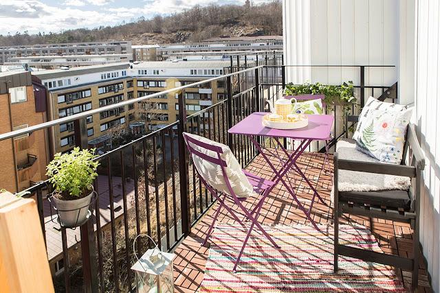 sposoby na mały balkon, jak urządzić balkon, kolorowe krzesła