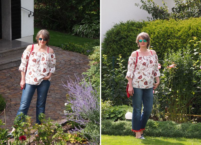 Off-Shoulderbluse mit Cropped Jeans und Pompos plus Patches kombiniert