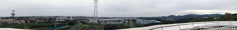 パノラマ真ん中丸山の展望台からは南に三方原台地及び浜松市街地が一望出来る、正面の鉄塔が真南で右が西方に当たり、山並みに囲まれてのが都田中心部(2018年10月16日撮影)