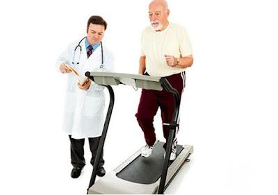 Người già tập máy chạy bộ phục hồi chức năng cần có chỉ dẫn của bác sĩ