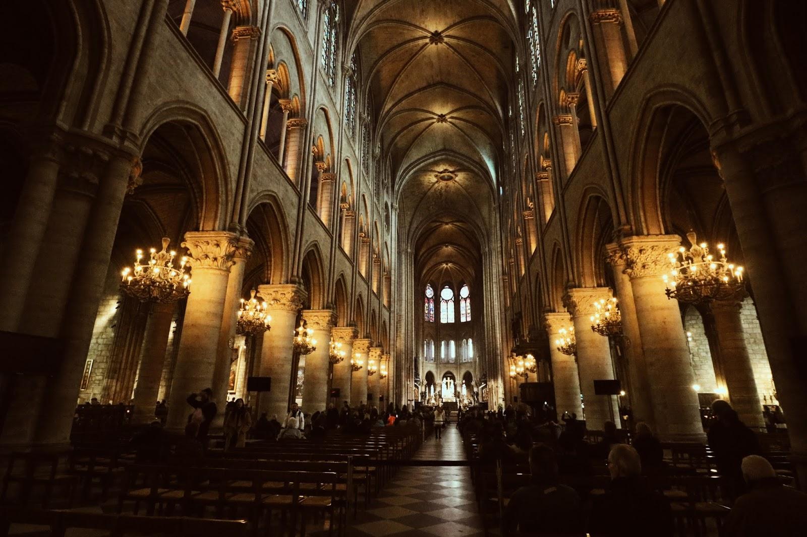 wnętrze katedry paryż