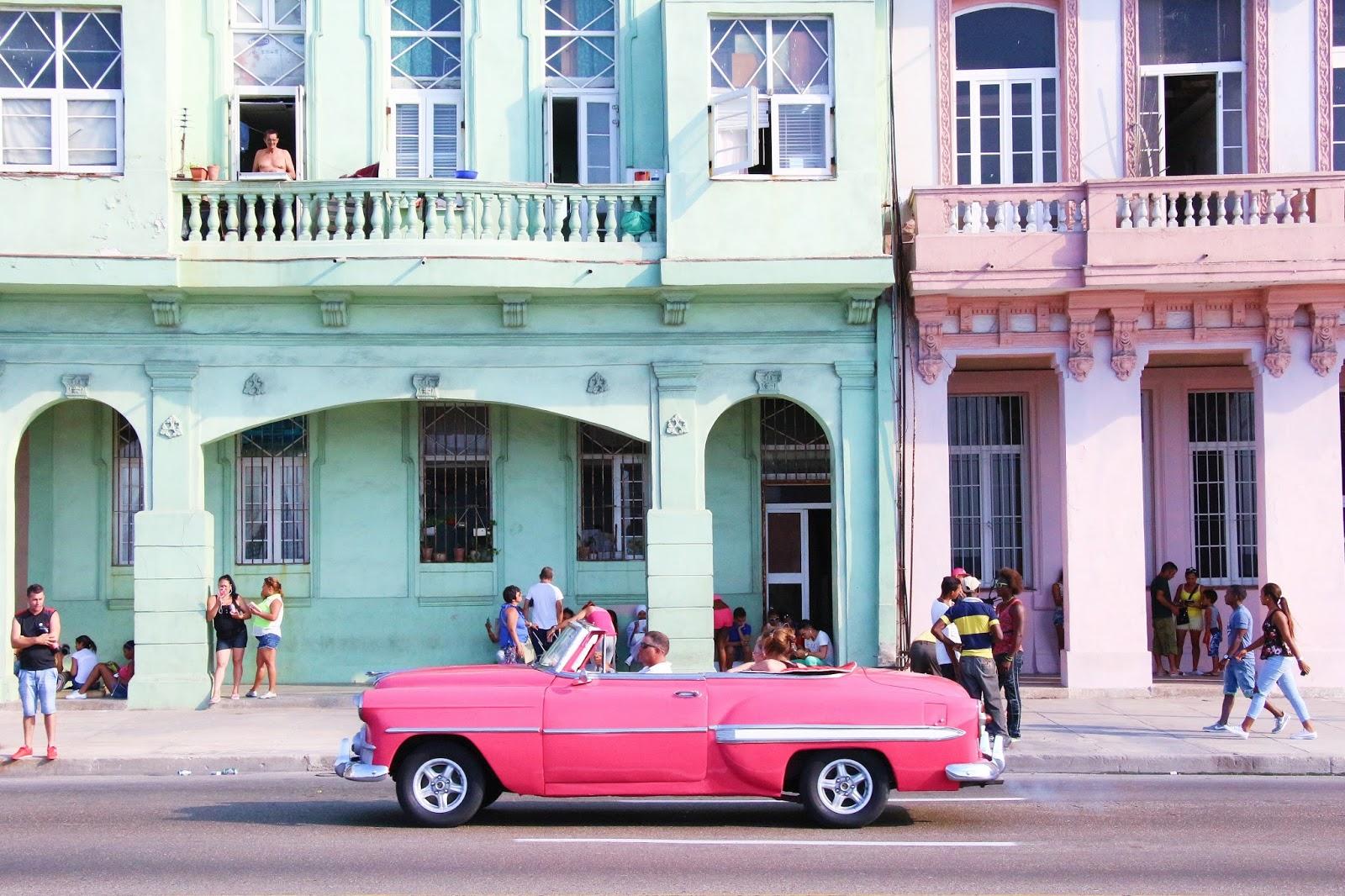 Voiture rose sur le Malecon de Cuba