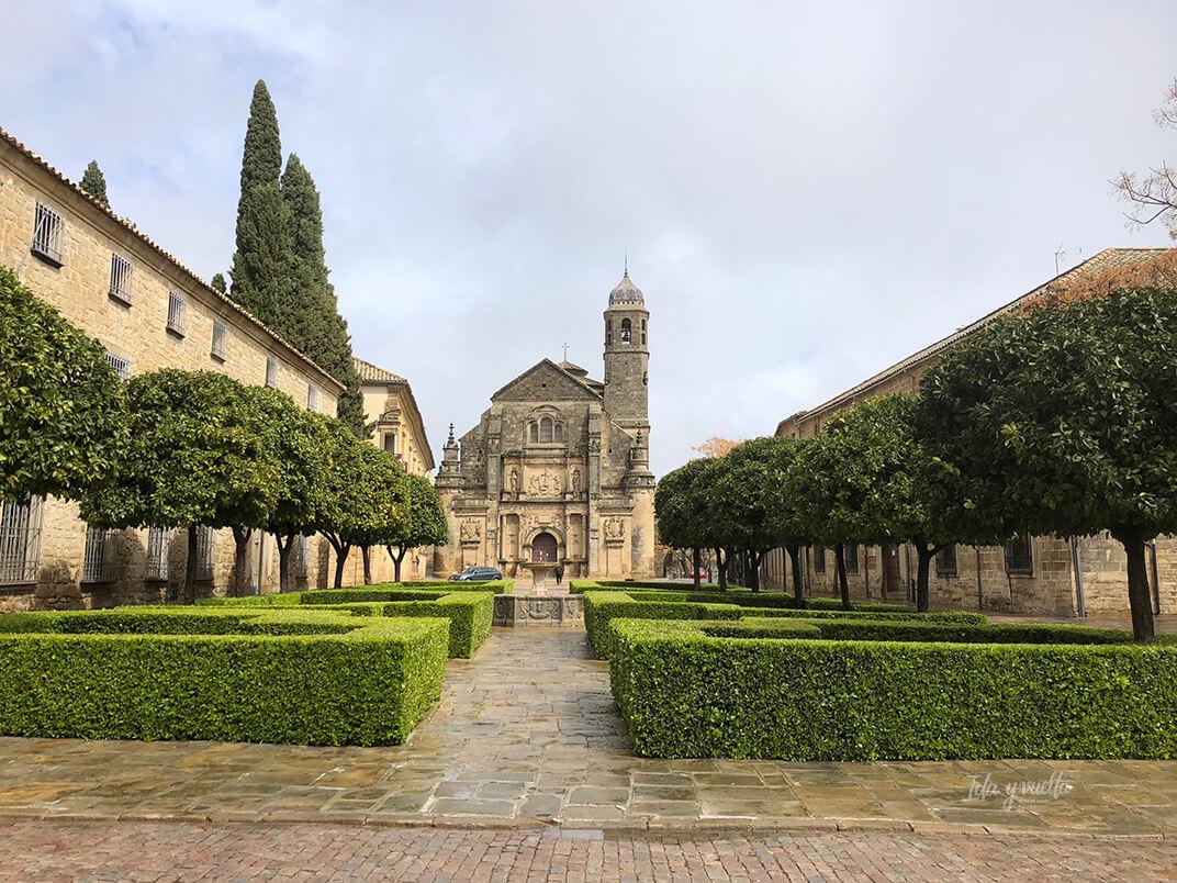 Vista de la Sacra Capilla del Salvador en la plaza Vázquez de Molina