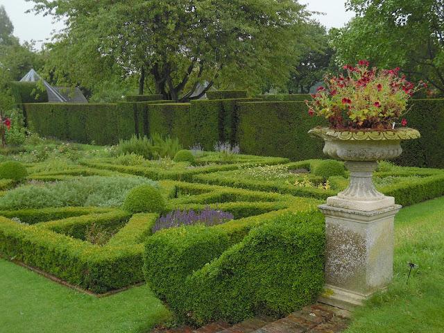 Knot&Herb Garden, angielski ogród węzłowy i ziołowy, żywopłoty z bukszpanu