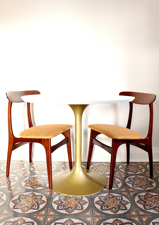 mid century tulip table makeover dans le lakehouse. Black Bedroom Furniture Sets. Home Design Ideas