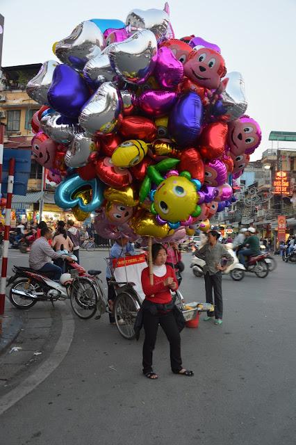 Vendeuse de ballons à Hanoi