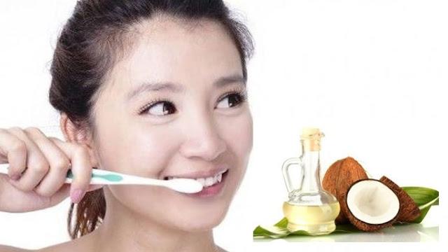 Menggosok Gigi Dengan Minyak Kelapa