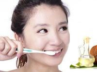 Menggosok Gigi Dengan Minyak Kelapa? Mari Intip 5 Manfaatnya!