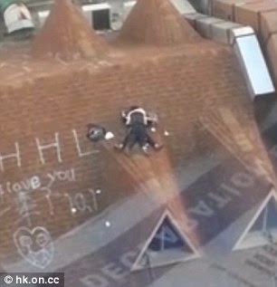 SHOCKING ► These Students Were Caught Making Love in the Rooftop of a Building! Extremely Unbelievable!