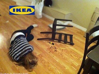 Ikea Klausel - Lustige dumme Frau baut Ikea Stuhl zusammen
