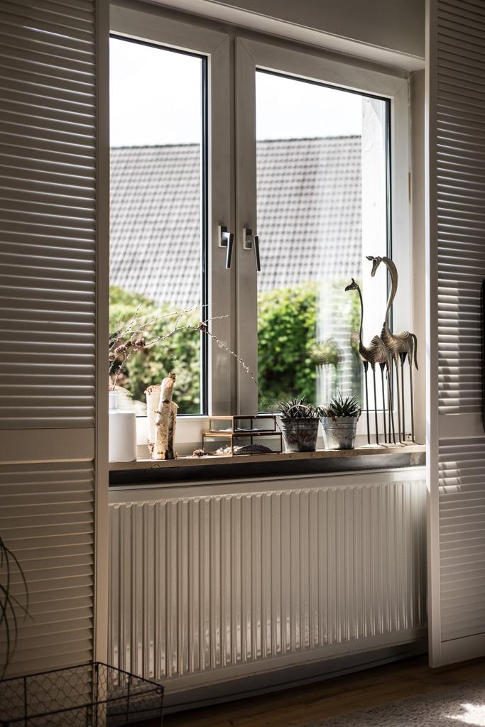 www.fim.works | Lifestyle-Blog | Fensterdeko, weiße Fensterläden, Deko auf der Fensterbank, Blick in den Garten