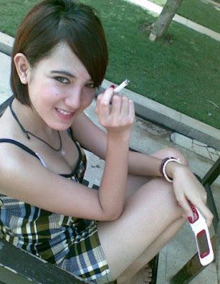 Gadis Seksi yang sedang Jogging di Taman