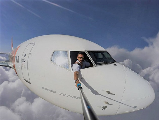 pilot,airline pilot,pilot fake mid flight selfie,best selfie,amazing,amazing selfie,funny,funny news,fake selfie,fake airline selfie,entertainment,latest entertainment,fake pilot air selfie,viral,viral news,viral news 2017,techlightnews,Tech Light News