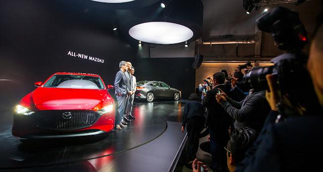 マツダ 新型アクセラ(Mazda3)の発表の様子。