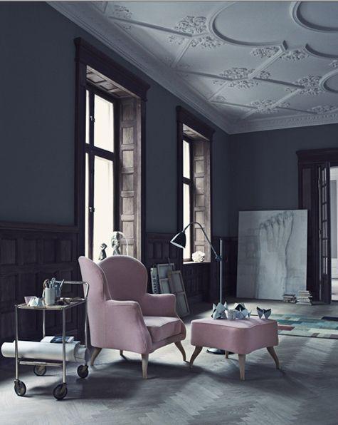 butaca color rosa palo en salon pintado en gris oscuro chicanddeco
