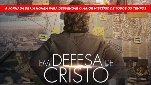 Jornalista olhando para uma parece com anotações investigativa... Filme Em Defesa de Cristo