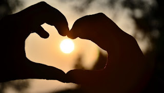 foto di mani a forma di cuore
