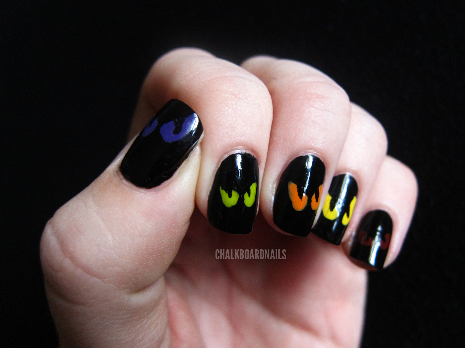 Simple Spooky Eyes | Chalkboard Nails | Nail Art Blog