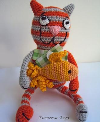 Полосатый кот с рыбкой