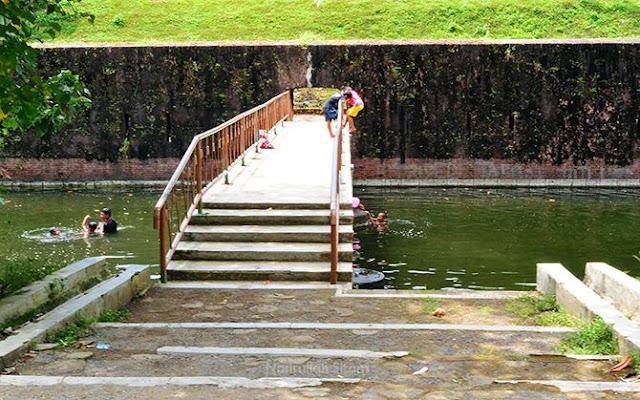 Jembatan kecil yang dipenuhi anak-anak berenang