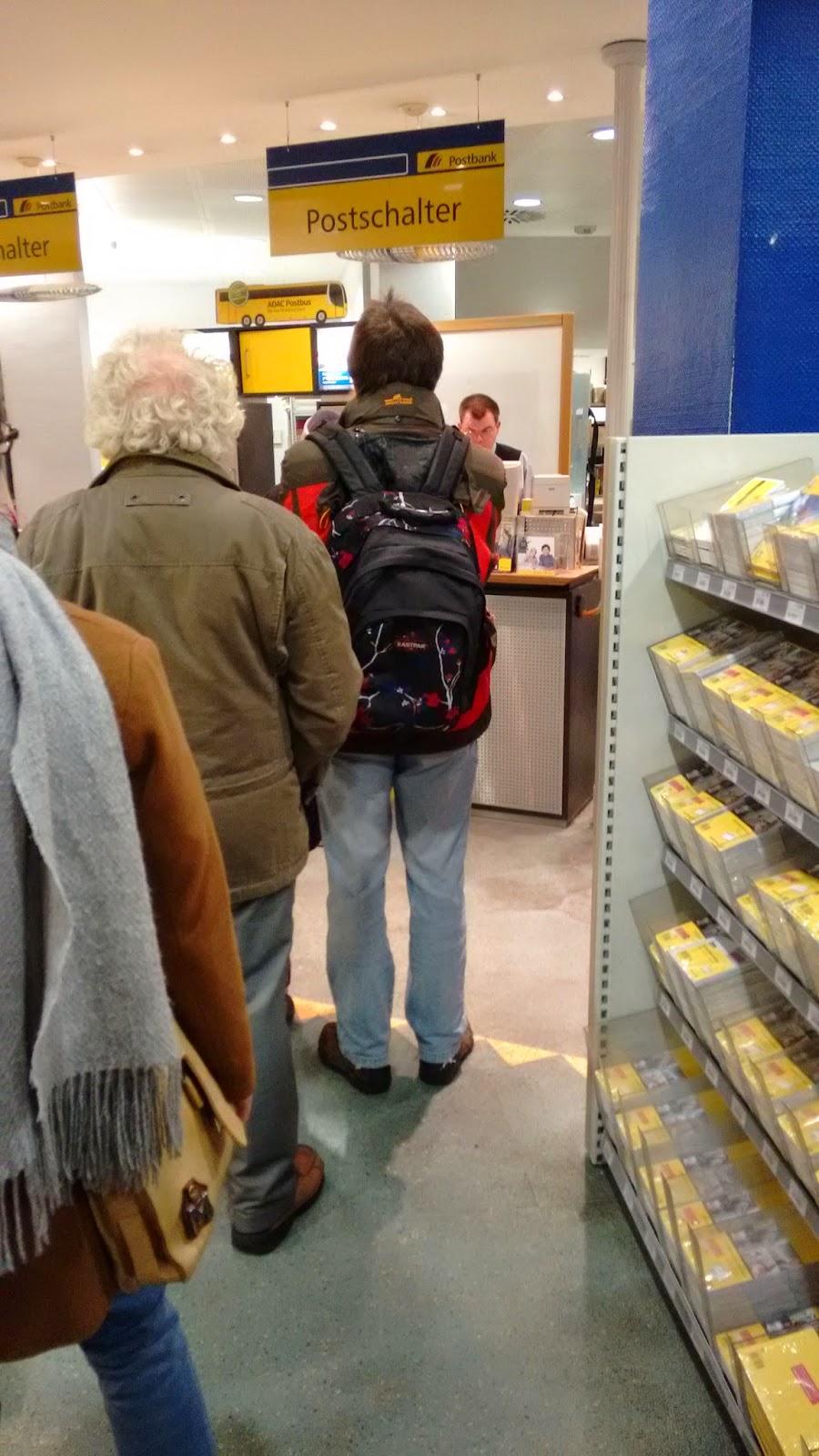 Warten auf dem Postamt