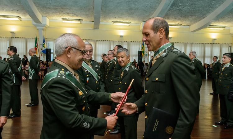 2769f1f52bbe3 Em cerimônia realizada nesta quinta-feira, em Brasília, dezenove novos  oficiais generais de Brigada do Exército Brasileiro receberam,  simbolicamente, ...