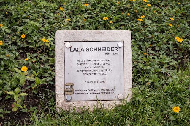 Placa junto a máscara de Lala Schneider