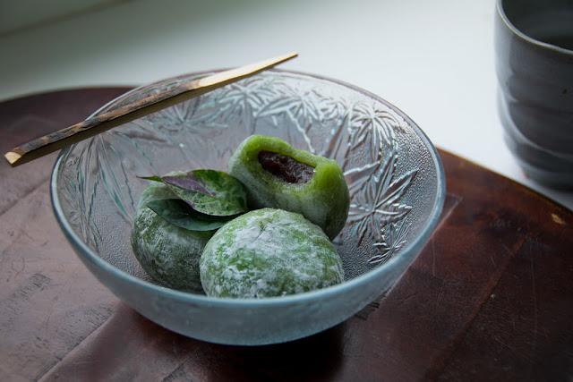Kém nổi tiếng hơn một chút, nhưng yomogi mochi vẫn là một thức quà ngày xuân được người Nhật ưa chuộng. Bánh được làm từ cây ngải cứu trộn với bột bánh gạo, khiến nó có màu xanh. Ngải cứu là một loài cây phát triển vào mùa xuân, tuy nhiên người Nhật có thể phơi khô ngải cứu để bảo quản nên yomogi mochi thực ra có thể được làm quanh năm.