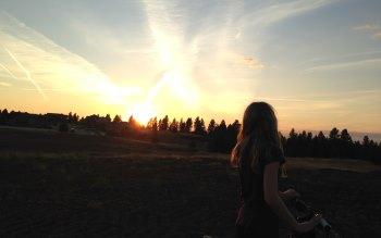 Wallpaper: Girl looks at sunset