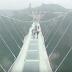 Clip พิสูจน์ความแข็งแกร่งสะพานแก้วสูงที่สุดในโลกที่จางเจียเจี้ย ประเทศจีน ด้วยค้อนปอนด์ (sledgehammer)