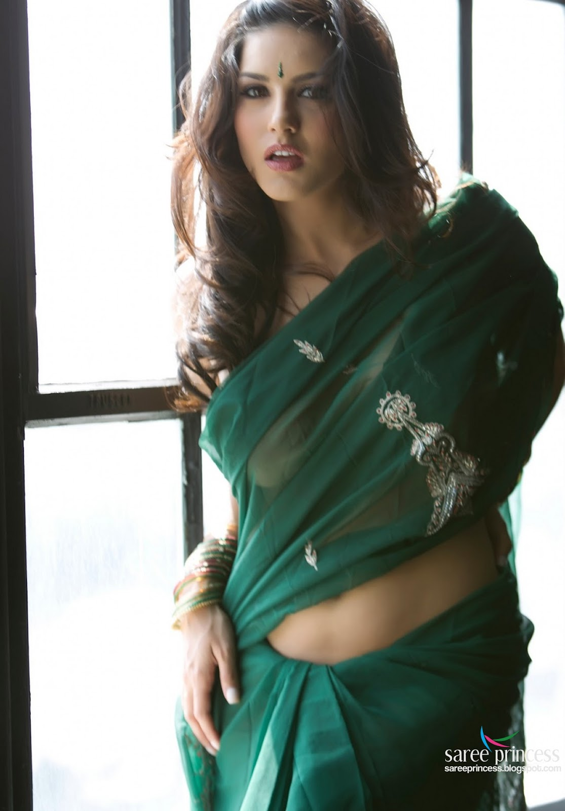 Jism 2 Actress Sunny Leone Bares It All In A Green See -1782