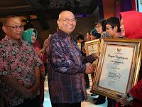 Desainer Rita Maharani Dapat Penghargaan Medan Tourism Award 2017
