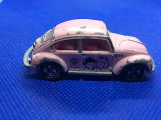 フォルクススワーゲン ビートル のおんぼろミニカーを側面から撮影