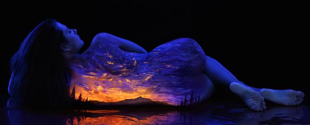 Corpo feminino - uma tela, uma paisagem, uma imensidão de contrastes e belezas.  Pinturas fluorescentes sob luz negra, retratando a natureza em corpos femininos Arte de John Poppleton