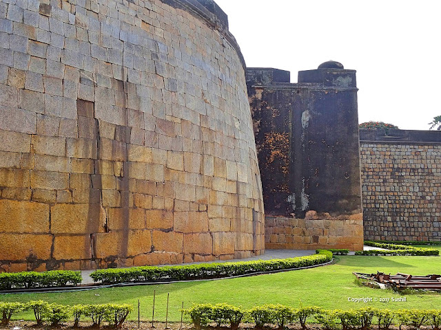 Semi Circular Wall of the Bangalore Fort (sonesrs.blogspot.in)