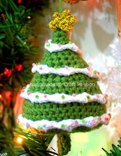 http://translate.google.es/translate?hl=es&sl=en&tl=es&u=http%3A%2F%2Fwww.craftpassion.com%2F2009%2F12%2Fcrochet-pattern-christmas-tree-ornaments.html
