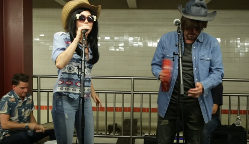 Miley Cyrus y Jimmy Fallon cantan disfrazados en el metro de NYC