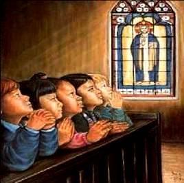Imagen de niños en la iglesia rezando de rodillas