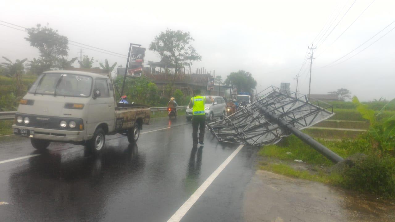 https://berita.satumenitnews.com/2019/01/hujan-deras-rubuhkan-baliho-di-jalur.html